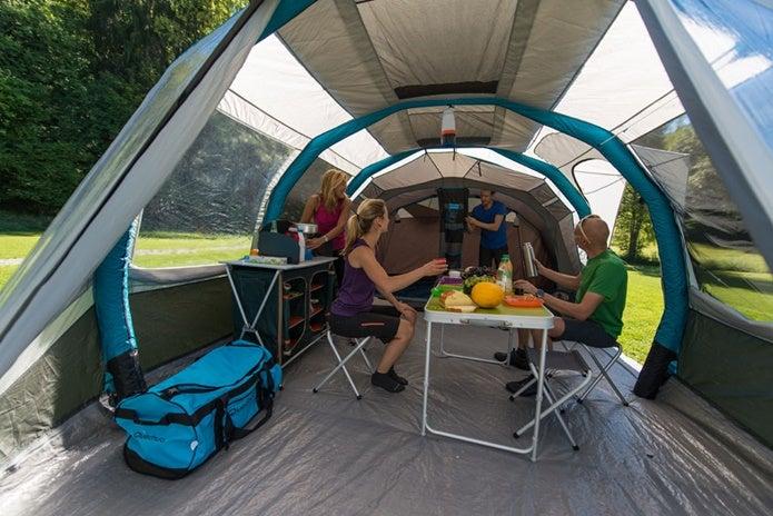 ケシュアのテント内で食事をする人たち