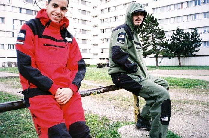 ノースフェイスとシュプリームのコラボアイテムを着た男性2人