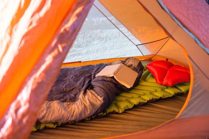 テント内に敷かれたklymitのスリーピングマット