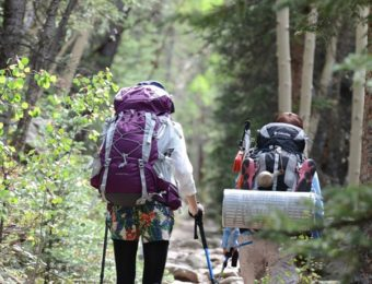 コロンビアの製品を使用する登山者