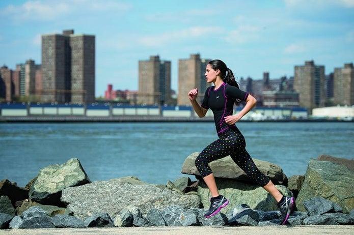 スポーツタイツを履いて走る女性