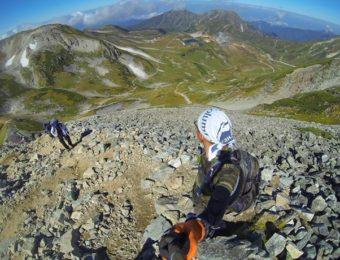 ゴープロで撮影をする登山者