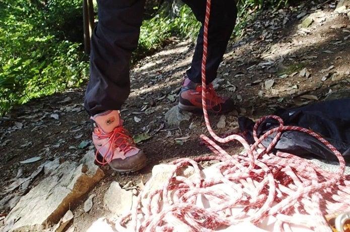 キャラバンの登山靴で登る人