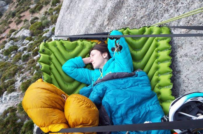 klymitのスリーピングマットで眠るクライマー