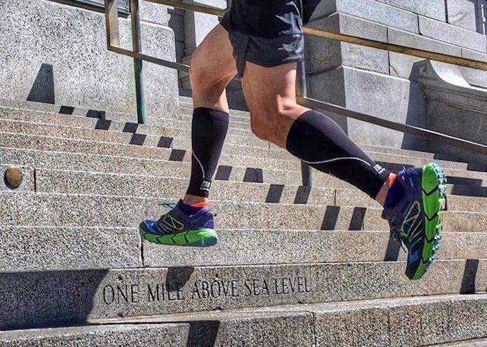 スーパーフィートのインソールを入れた靴で走る人