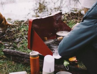 コールマンのツーバーナーで料理をする男性