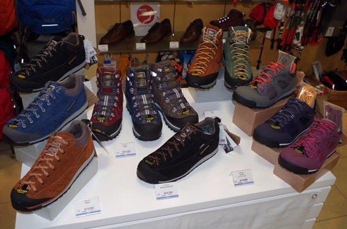 たくさんのキャラバンの登山靴