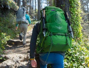 オスプレーのバックパックを背負った男性