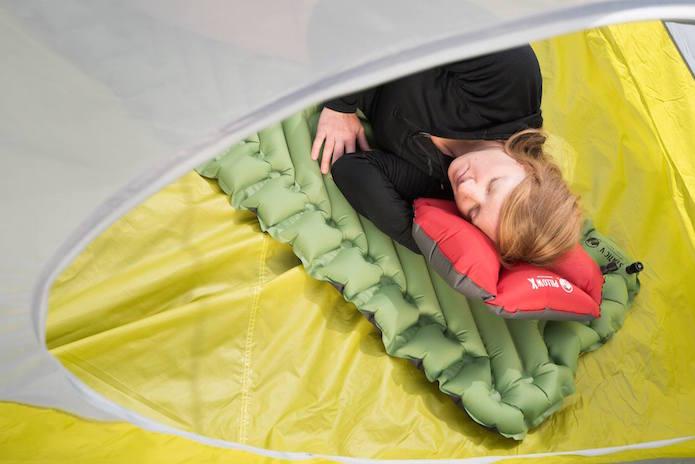 klymitのstaticVを敷いて眠る女性