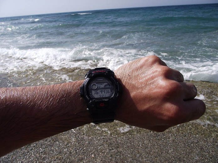 G-SHOCKの電波ソーラー時計を海で使っているシーン