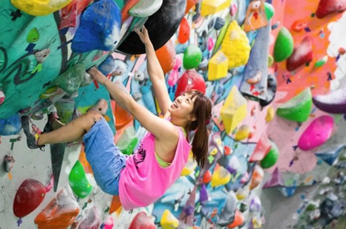 クライミングジムで登る女性