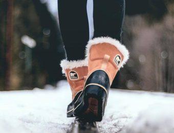 ソレルのブーツを履いて歩く人