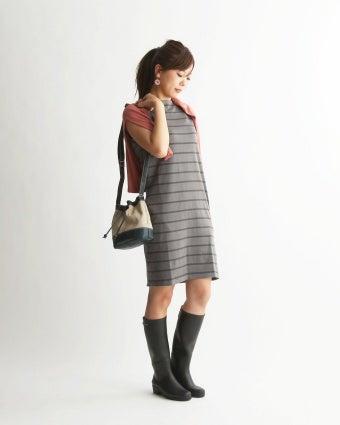 エーグルのロングブーツを履いた女性