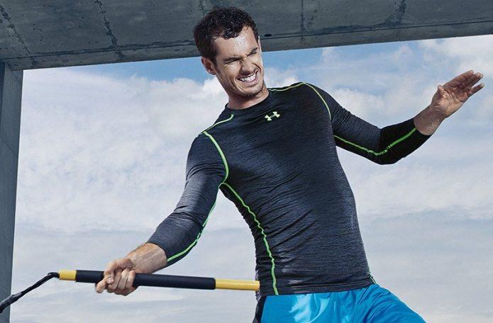 アンダーアーマーのインナーを着て運動する男性
