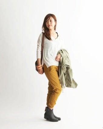 エーグルのショートブーツを履いた女性
