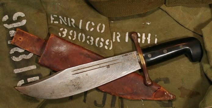 古い軍物のボウイナイフ