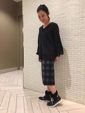 ソレルのブーツを履いた黒い服の女性