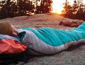 コールマンのシュラフで寝る女性