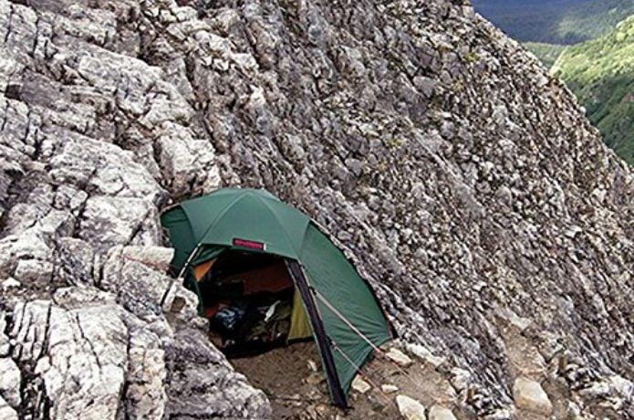 崖の途中に設営したヒルバーグのテント