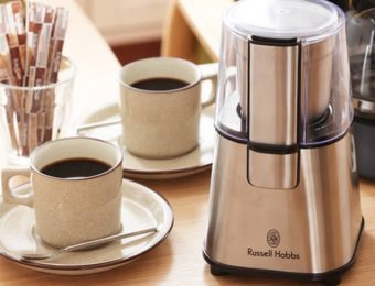 コーヒーミルの電動式とコーヒーカップ