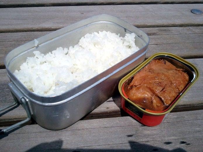 メスティンで炊飯して缶詰めと一緒にご飯を食べる