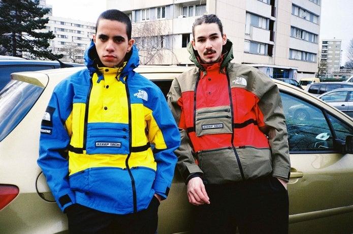 ノースフェイスとシュプリームのコラボジャケットを着た男性2人