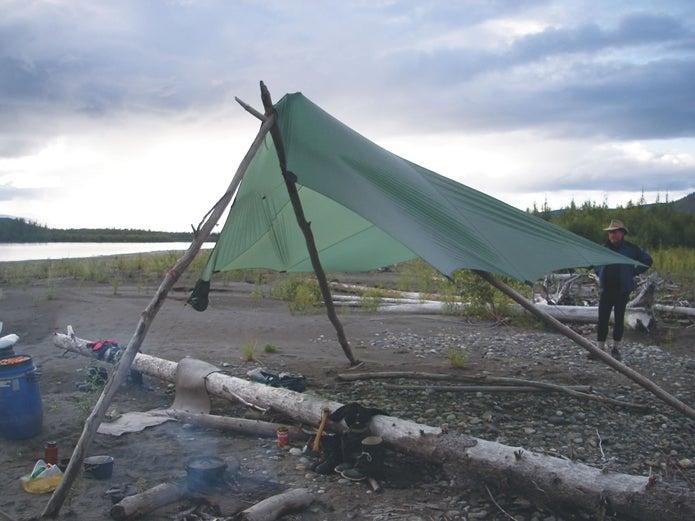 木材を使って張られたヒルバーグのタープ