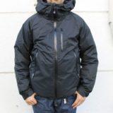 ナンガのタキビダウンジャケットを着る男性