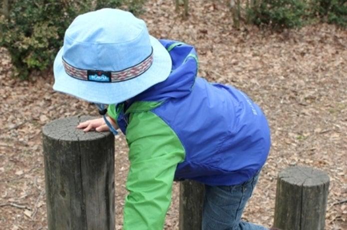 水色のカブーのハットをかぶる子供