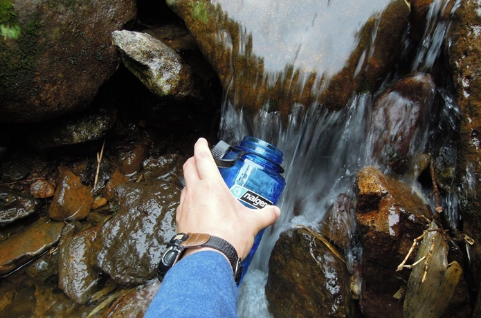 ウォーターボトルに水を入れる