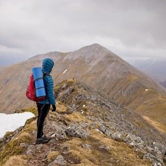 登山中景色を眺める人