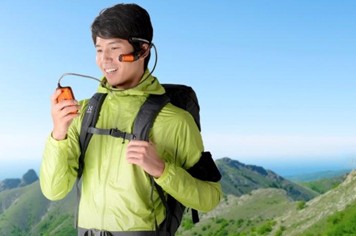 パナソニックのウェアラブルカメラを使う登山者