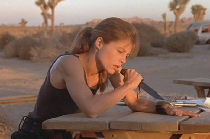 ボウイナイフを持った女性