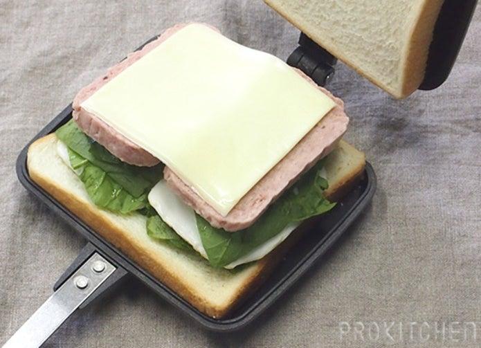 パンをはさんでホットサンドメーカーの使い方を説明