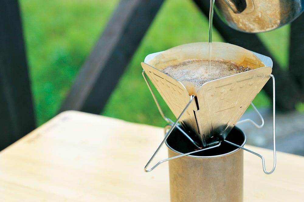 キャンプでコーヒーを淹れている図