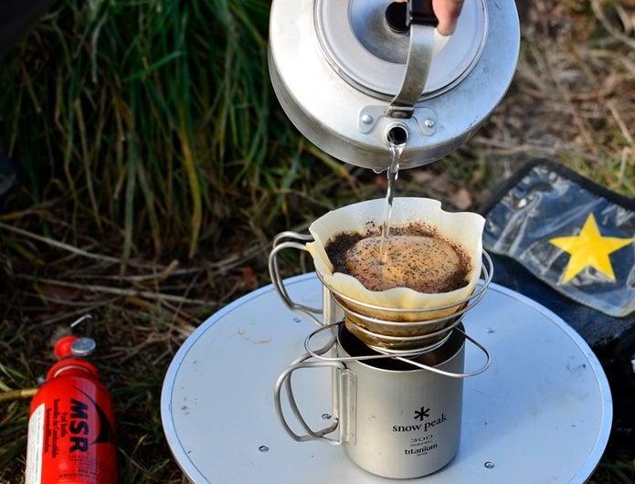 キャンプでコーヒーを淹れる