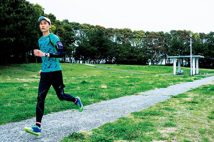 cw-xレボリューションを履いて走る男性