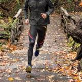 CW-Xレボリューションのタイツで走る男性