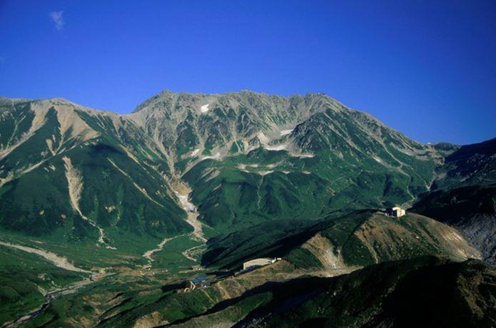 春を背負っての舞台となった美しい山
