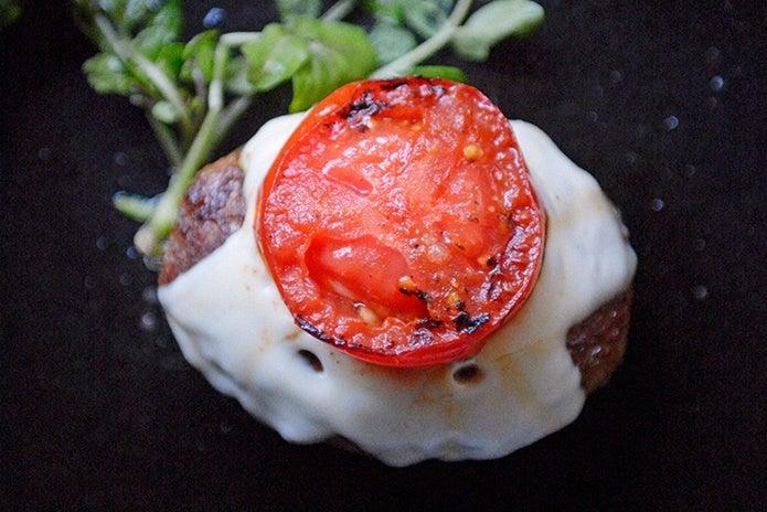 ロッジのスキレットでフレッシュトマトハンバーグ