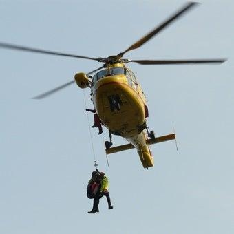 ヘリコプターから人が吊っているシーン
