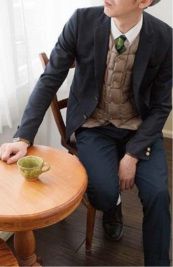 スーツとインナーダウンを着こなすメンズ