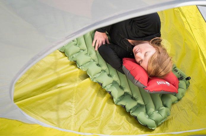 klymit製品で寝る女性