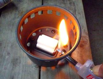 固形燃料に火をつける