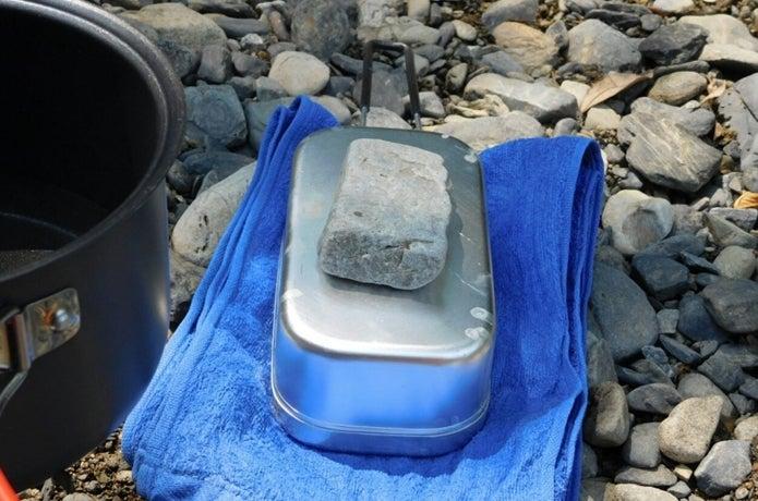 固形燃料で炊飯した後に蒸らしている