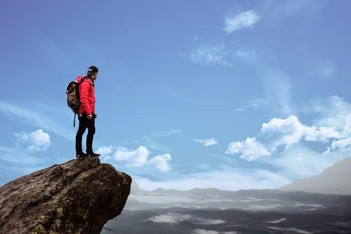 岩の上に立つ登山者