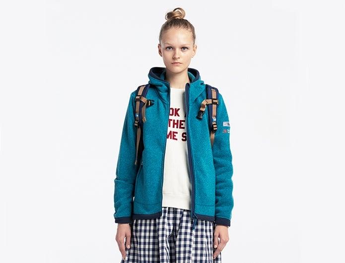 マウンテンパーカーのブランドものを着る女性