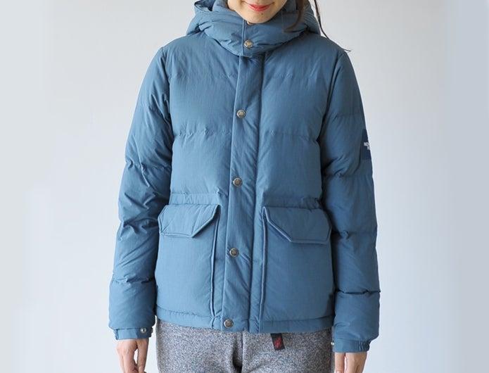 ノースフェイスのダウンジャケットを着る女性