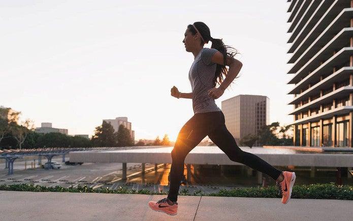 ナイキのランシューで走る女性