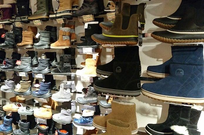 様々なブーツが陳列されている